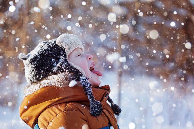 Bezpieczne zabawy na śniegu - w co się bawić z dzieckiem na dworze? A jakie są zimowe zabawy w domu?