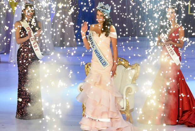 Rolene Strauss of South Africa (C) is crowned Miss World 2014, as Elizabeth Safrit of the U.S. (R) and Edina Kulczar of Hungary (L) who placed third and second respectively, look on at the ExCel Centre in east London, December 14, 2014. Contestants from 126 countries are in London to compete in the 2014 Miss World competition, the 63rd time the annual event has taken place. REUTERS/Toby Melville (BRITAIN - Tags: FASHION ENTERTAINMENT)
