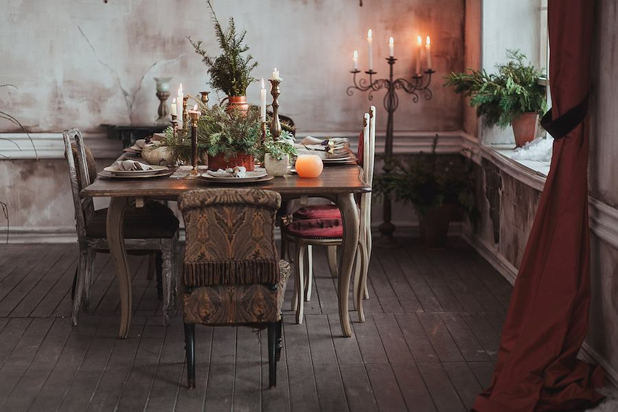Świąteczny stół z zielonymi, złotymi i białymi akcentami