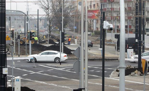 Zdjęcie numer 29 w galerii - Finiszują roboty na pl. Niepodległości, jeszcze ekrany akustyczne i chodniki