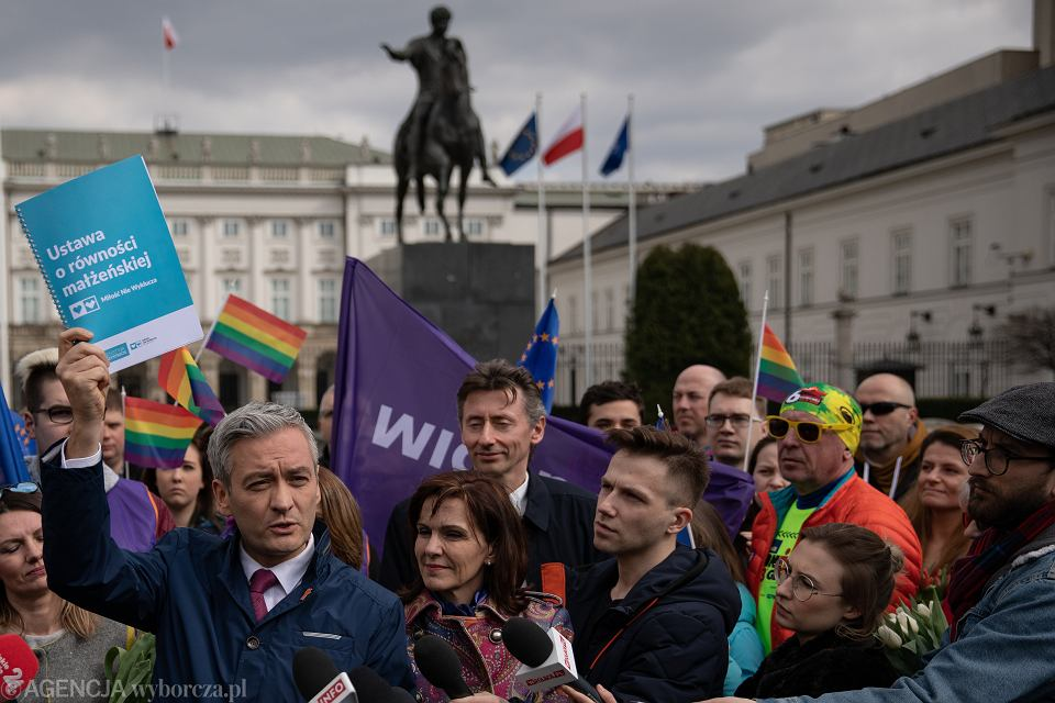 Happening  Wiosny Roberta Biedronia w obronie osób LGBT pod Pałacem Prezydenckim, 21.03.2019.