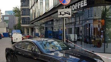 Kierowca zostawił samochód na zakazie parkowanie na ul. Brackiej