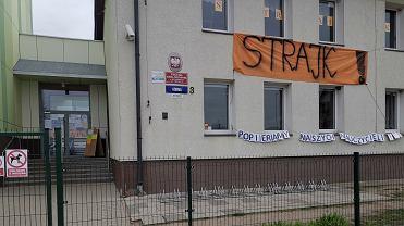 Strajk nauczycieli. 'Popieramy naszych nauczycieli' taki baner na murach podstawówki na Bezrzeczu zawiesili rodzice chodzących tam uczniów