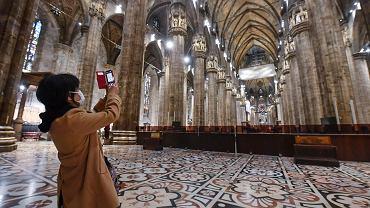 2.03.2020, Mediolan, samotna turystka w gotyckiej katedrze Duomo.