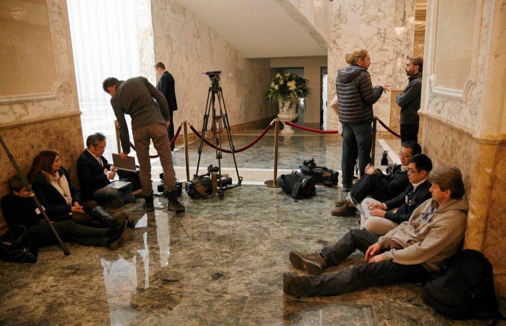 Dziennikarze koczujący pod sala obrad Pałacu Niepodległości w Mińsku
