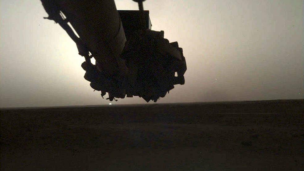 Robotyczne ramię InSight jest wyposażone w kamerę IDC