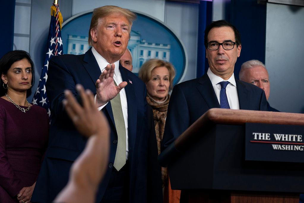 Koronawirus. Prezydent USA Donald Trump i sekretarz skarbu Steven Mnuchin.