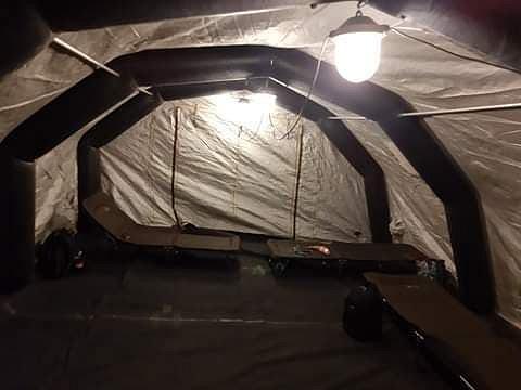 Namiot, w którym ratownicy czekający na wyniki pacjenta spędzili noc. Warszawa, marzec 2020