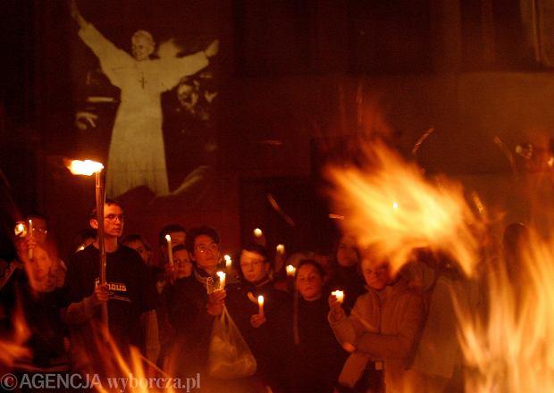 Zdjęcie numer 0 w galerii - Minęło 15 lat od śmierci polskiego Papieża. Przypominamy na zdjęciach, jak go wtedy żegnaliśmy