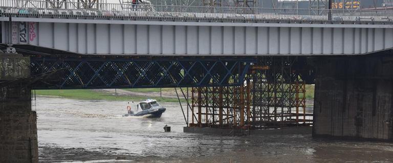 Kraków. Policja i strażacy walczą o będący w budowie most kolejowy