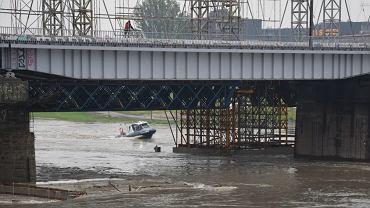 Akcja straży pożarnej i policji przy moście w Krakowie