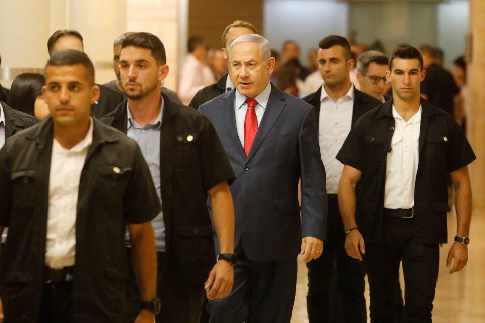 Benjamin Netanjahu (w środku) zmierza na posiedzenie Knessetu. Jerozolima, 29 maja 2019 r.
