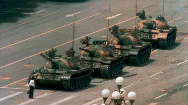 Słynne zdjęcie przedstawiające nieznanego mężczyznę blokującego czołgi na placu Tiananmen w dzień po masakrze, 5.06.1989