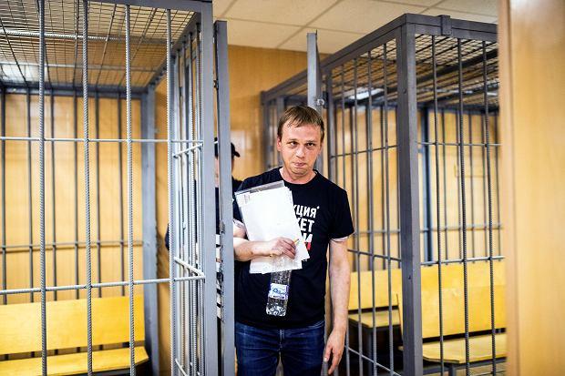 Iwan Gołunow opuszcza moskiewski sąd, żeby udać się do aresztu domowego. 8.06.2019