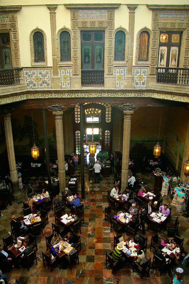 Kawiarnia wCasa de Azulejos zXVIw. Fasadę iściany pałacu pokryto ceramicznymi płytkami zozdobnymi ornamentami
