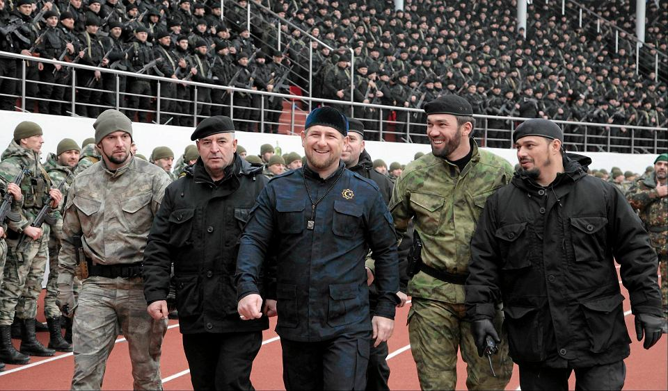 Ramzan Kadyrow (w centrum)