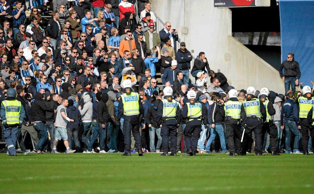 'Mordercy, mordercy!' - kibice Djurgarden wkraczają na murawę podczas meczu z Helsingborgiem