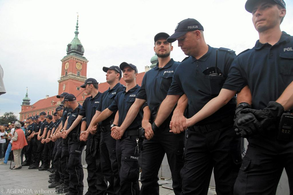Policja podczas obchodów 87. miesięcznicy smoleńskiej .