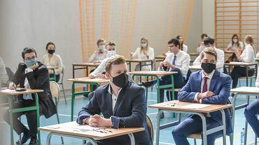 Matura 2020 język polski. Uczniowie przed egzaminem w Zielonej Górze.