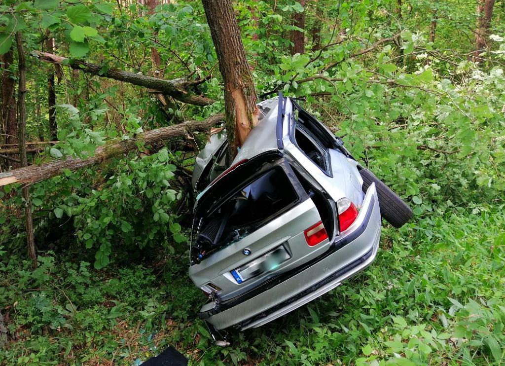 Piaski: BMW 'zawinęło się' wokół drzewa. Kierowca tylko się poobijał