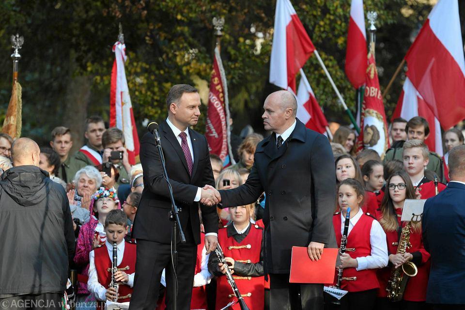 Andrzej Duda i burmistrz Piotr Ćwikła podczas wizyty prezydenta w Łobzie w październiku 2016 r.