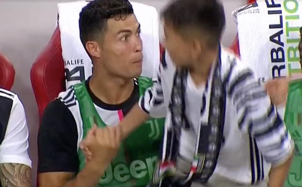Cristiano Ronaldo i młody kibic