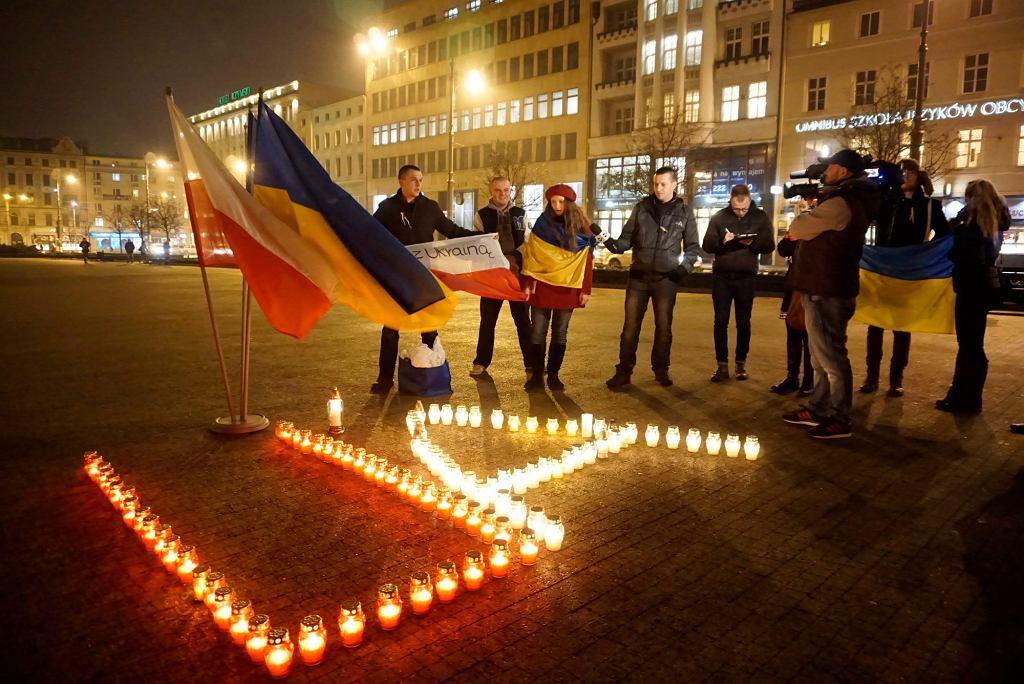 Poznań, Plac Wolności. Studenci z Ukrainy zapalają świece w rocznicę powstania Majdanu w Kijowie. Przeciwko nim skandowali kibole (fot. Lukasz Cynalewski / Agencja Gazeta)