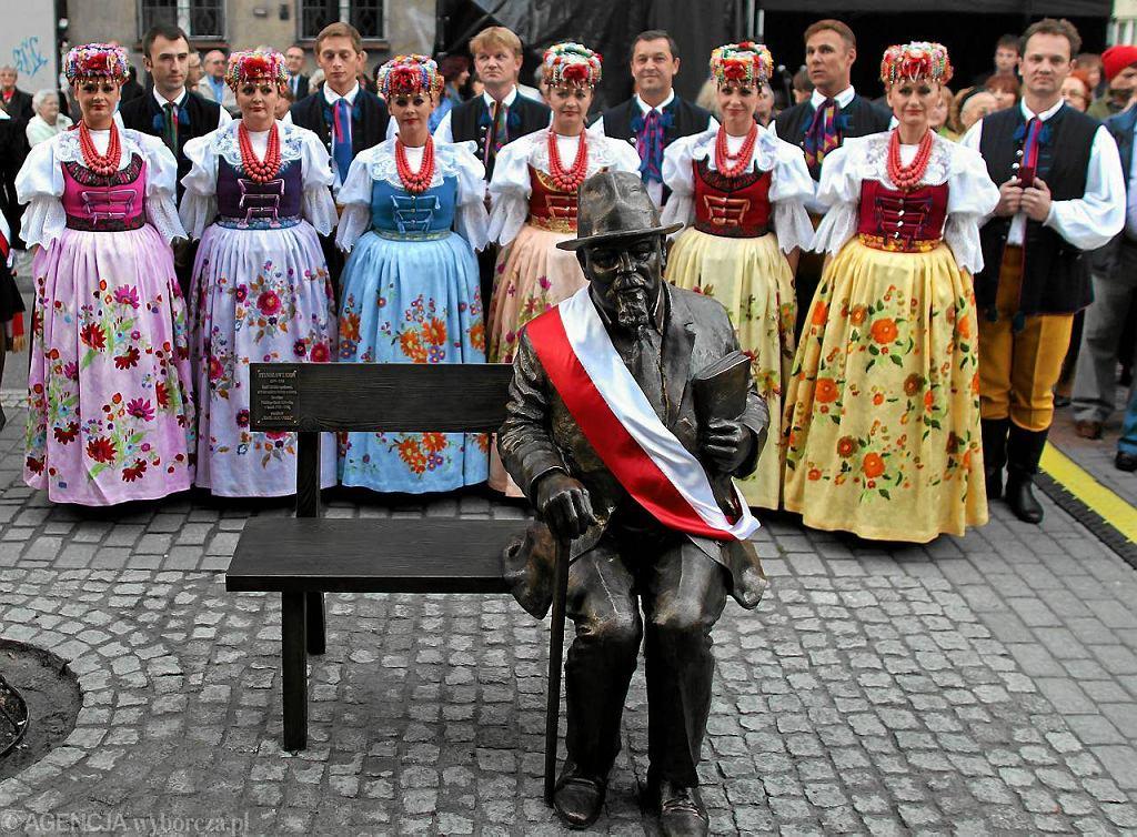 Ławeczka Stanisława Ligonia przed budynkiem Polskiego Radia w Katowicach