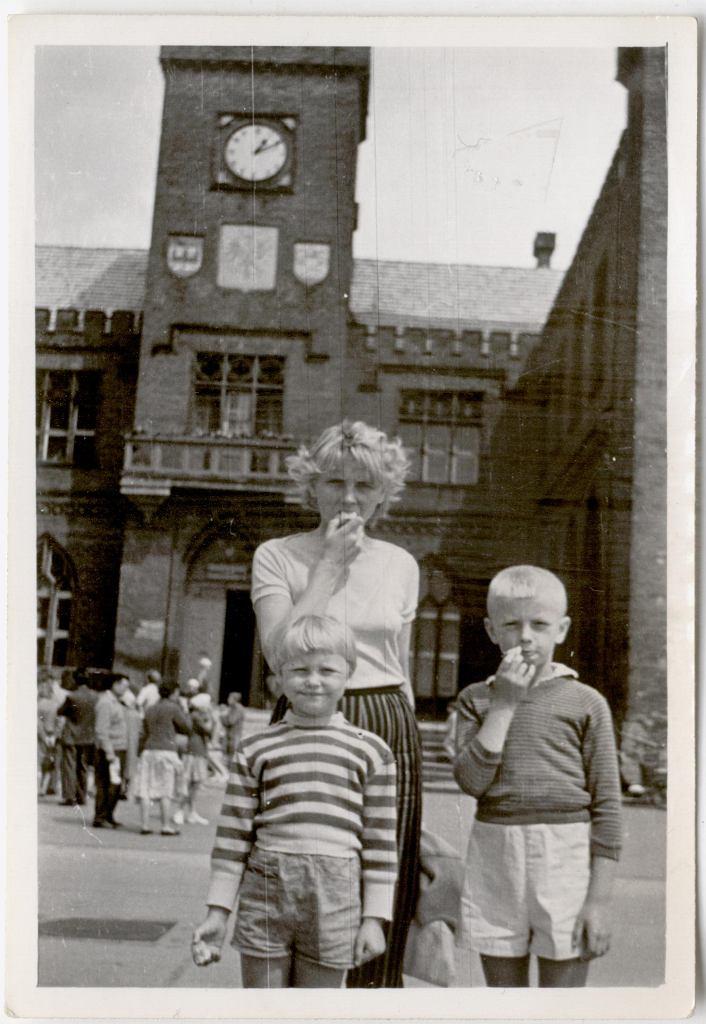 Kilkuletnie Ewa Błaszczyk z mamą i bratem Romkiem