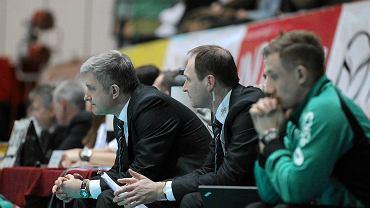 Piotr Poskrobko (w środku) obok Radosława Panasa, ówczesnego pierwszego trenera AZS Olsztyn (2013 r.)