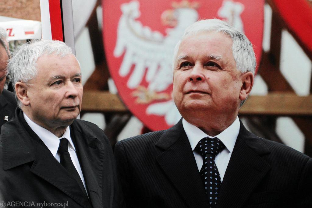 Jarosław Kaczyński na otwarciu wystawy. W tle zdjęcie Lecha Kaczyńskiego
