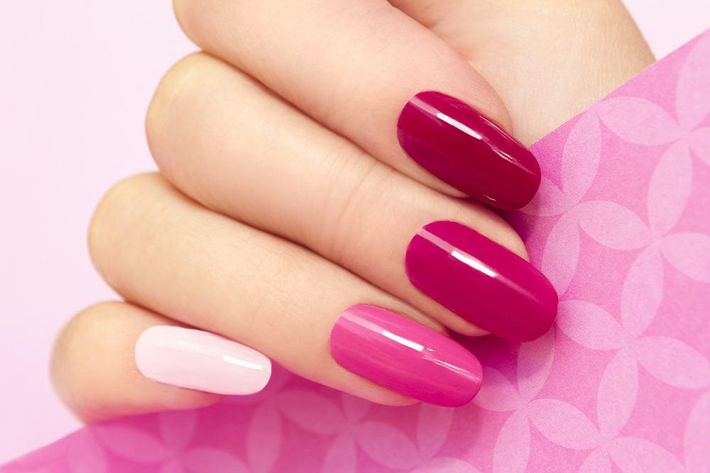 Manicure tytanowy jest metodą stylizacji paznokci, która wykorzystuje bazę podkładową oraz kolorowe pudry z domieszką tytanu i akrylu. Do utwardzenia nie używa się lamp UV, jak w przypadku innych technik stylizacji.