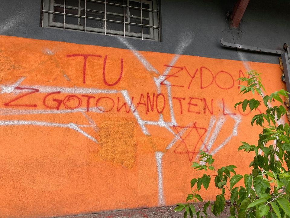Aktywiści zmyli część antysemickiego napisu na rampie w Falenicy. Usunęli również swastykę i krzyże celtyckie.