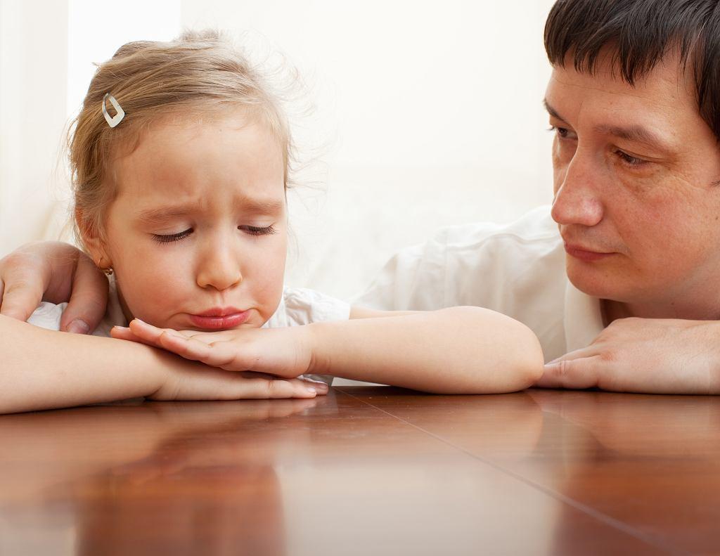 'W sądach są przecież niebieskie pokoje do przesłuchań dzieci. Te pokoje można wykorzystywać do tego, aby dzieci spotykały się w nich z rodzicem. Kiedy dziecko poczuje, że chce wyjść wcześniej, to nie powinno to być problemem. Teraz jest tak, że kiedy dziecko skróci kontakt, nawet o pięć minut, to matka jest za to karana. Kluczowe jest też wysłuchiwanie i uwzględnianie woli dziecka, bo jego dobro powinno być najważniejsze'