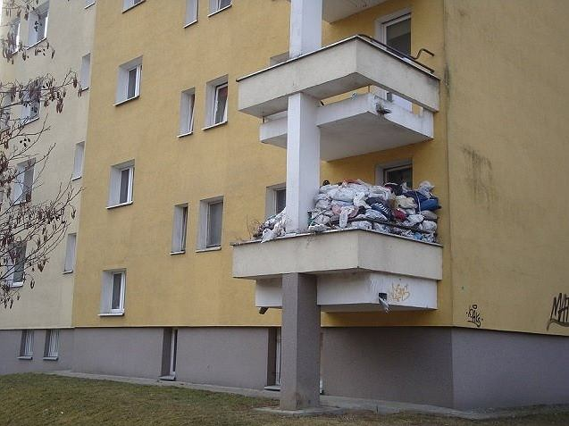 Mieszkańcy bloku na Gocławiu mają problem z sąsiadem