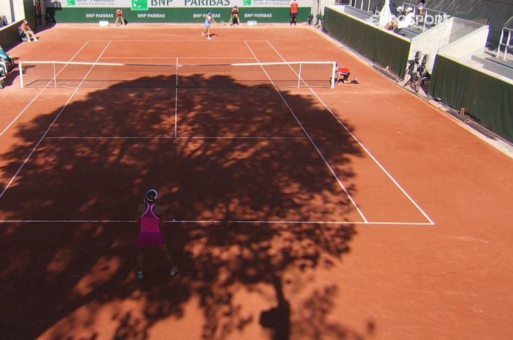 Cień drzewa zasłonił niemal cały kort nr 4 podczas kwalifikacji do turnieju French Open w Paryżu