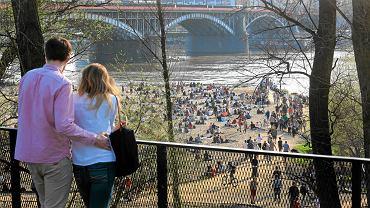 Pierwsze w tym roku masowe plażowanie na Poniatówce odbyło się już 11 kwietnia