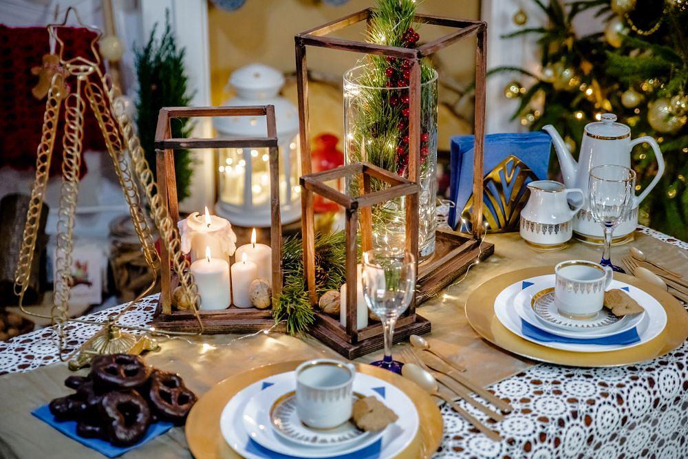 Drewniany lampion na świątecznym stole