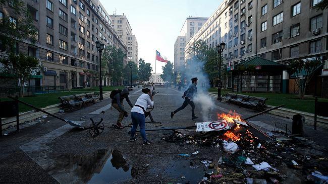 Chile. Pięć ciał w spalonej przez protestujących fabryce. Trwają walki po podwyżce cen biletów