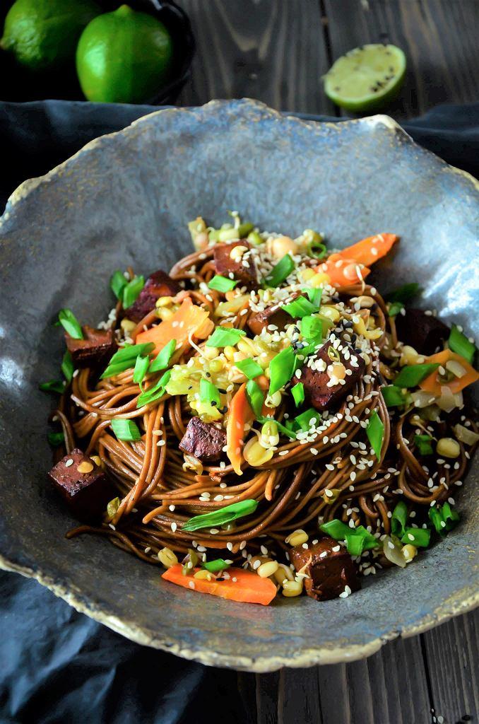 Makaron soba z tofu w sosie sojowym