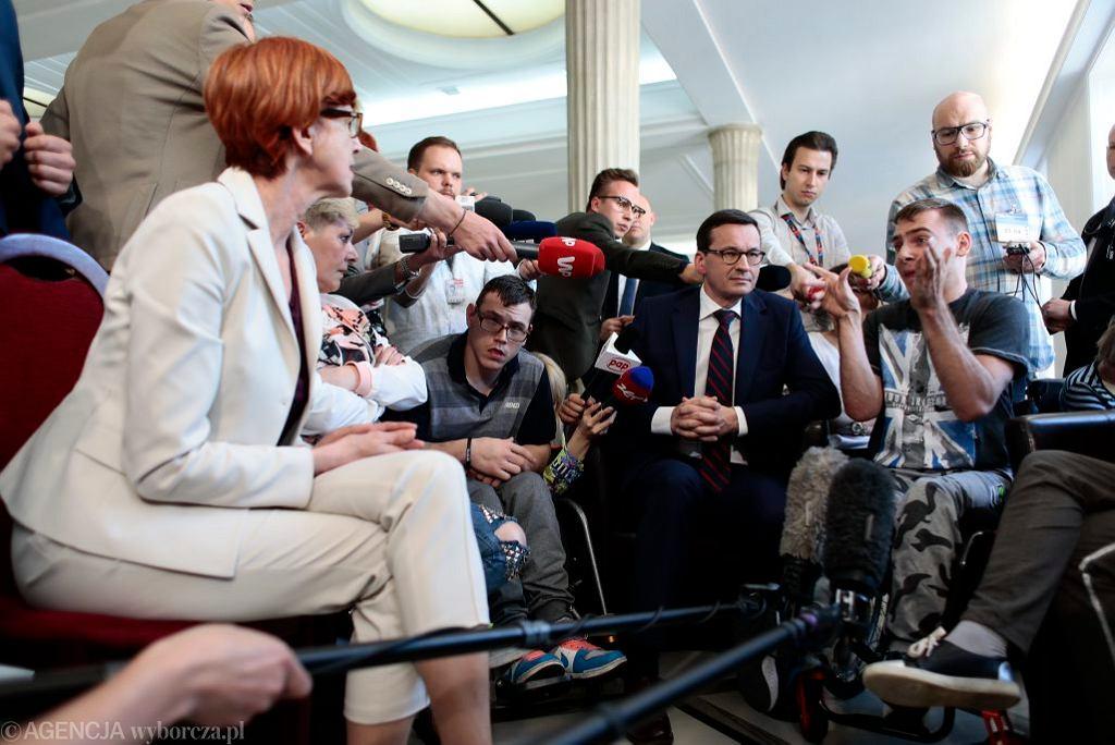 Mateusz Morawiecki i Elżbieta Rafalska w Sejmie u protestujących niepełnosprawnych, 20.04.2018