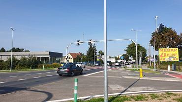 Nowe skrzyżowanie w Osielsku z sygnalizacją świetlną. Łączy ruchliwą Szosę Gdańską z ul. Topolową i al. Adama Mickiewicza.