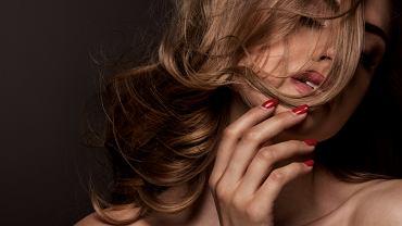 Ciemny blond to klasyczna koloryzacja, która pasuje do wielu typów urody.