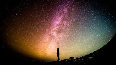Człowiek patrzący w gwiazdy.