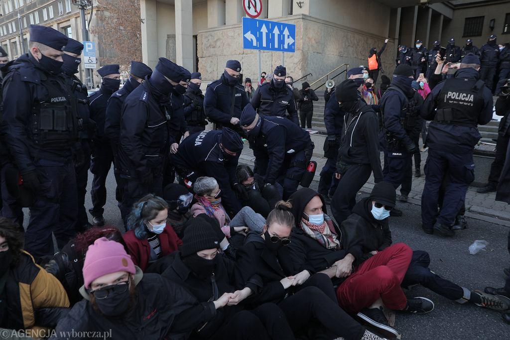 Pikieta solidarnościowa przed sadem w Warszawie