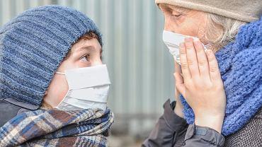 Dlaczego zaszczepieni ludzie nadal muszą nosić maskę? Kilka ważnych powodów