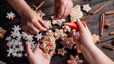 Pierniczki dla dzieci to jeden z symboli świąt Bożego Narodzenia. Zdjęcie ilustracyjne