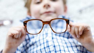 Do korekcji nadwzroczności stosuje się okulary korekcyjne lub soczewki kontaktowe