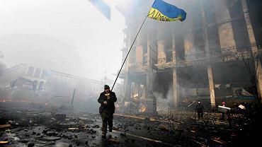"""Demonstrant z ukraińską flagą, """"Czarny Czwartek"""" w Kijowie, 20.02.2014 r."""