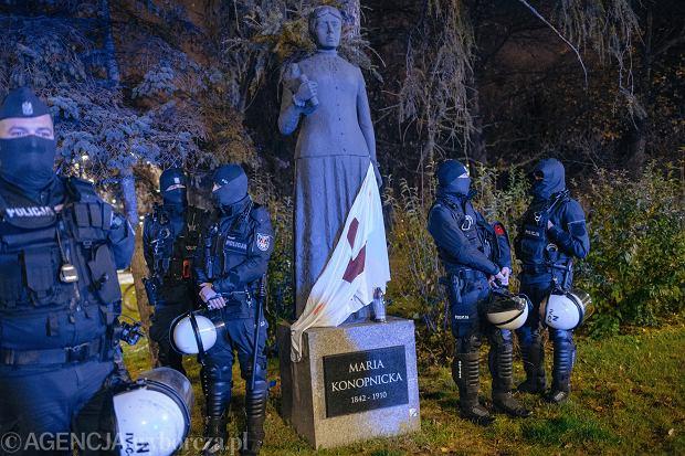 Pomnik Marii Konopnickiej w Gdańsku - 28 listopada 2020, demonstracja Strajku Kobiet z okazji rocznicy nadania praw wyborczych kobietom